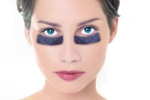 Круги под глазами могут проявиться как аллергия на косметику