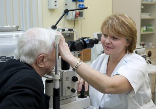 Осмотр глазного дна у пожилых людей при катаракте