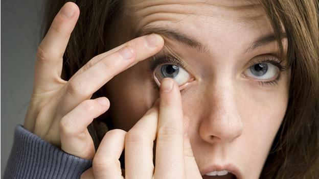 Грязные руки могут занести в глаза инфекцию