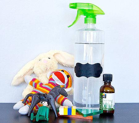 Обрабатывайте игрушки антибактериальным раствором