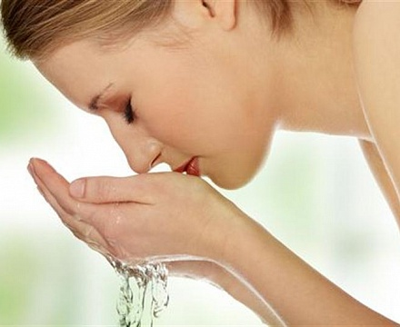 При катаракте помогут промывания глаз с мать-и-мачехой и корнем лопуха
