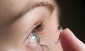 Почему линза не прилипает к глазу?