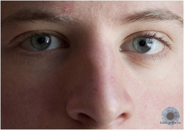 Pri-bokovom-estestvennom-osveshhenii-(paren'-stoit-u-okna)-«kontakty»-otlichno-vidny.