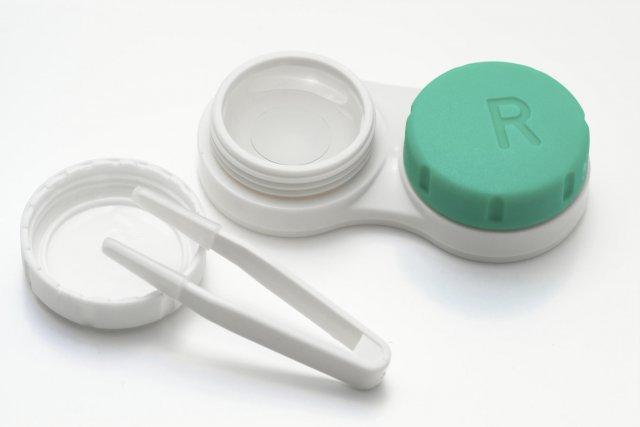 Открываем контейнер с контактными линзами