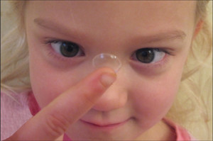 Ребенок со временем научится надевать линзы самостоятельно