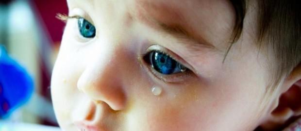 Слезится глаз у новорожденного причины и лечение