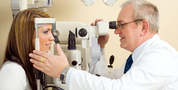 Диагностику катаракты проводит врач-офтальмолог