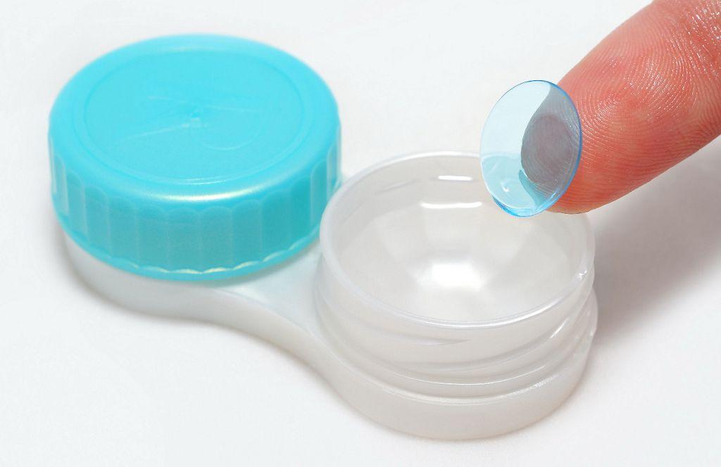 Погрузите линзы в контейнер