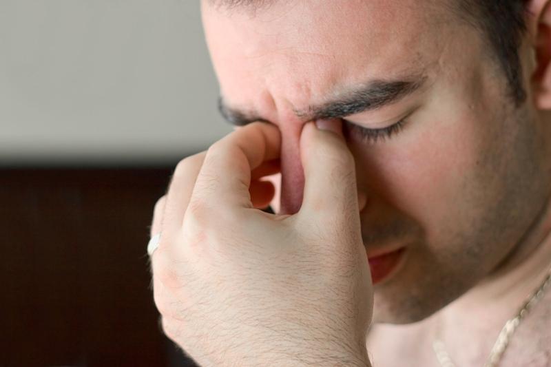 Давящую боль в глазах вызывает давление жидкости в стекловидном теле на оболочку глаза