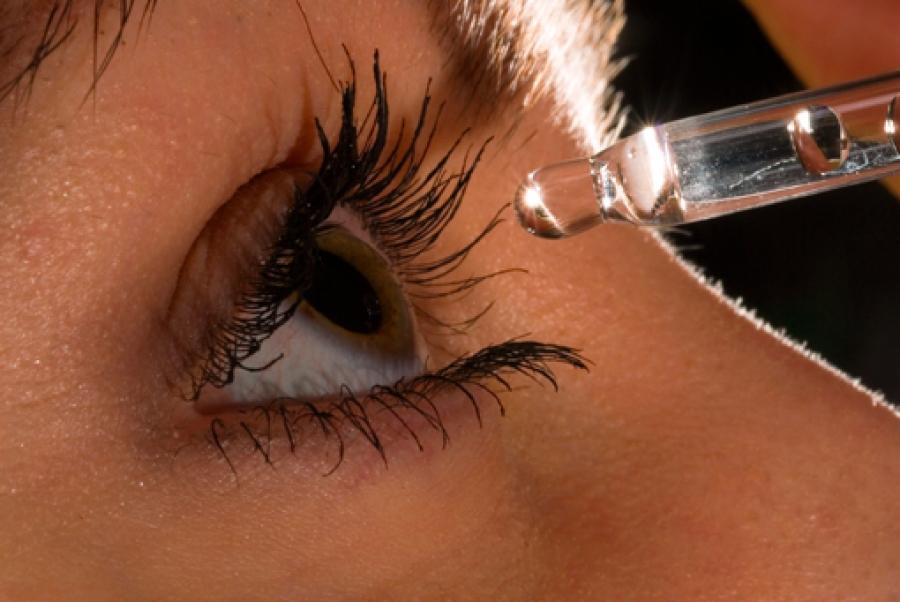Между закапываниями глаз разными каплями должно пройти минимум 15 минут