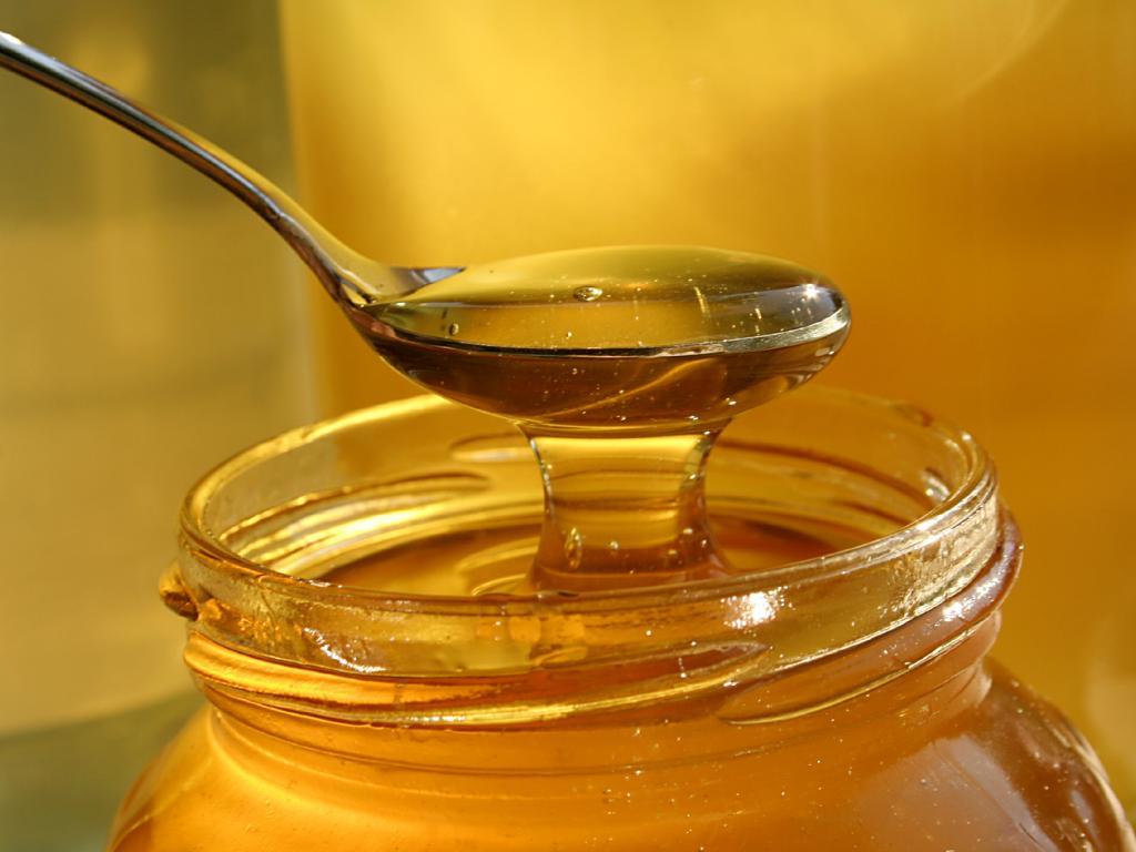 На начальной стадии катаракты можно применять капли с медом
