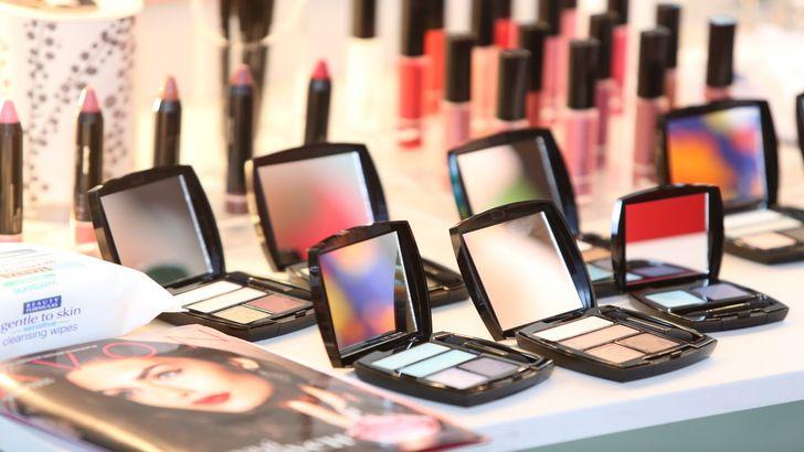 Слезоточивость может вызвать некачественная косметика