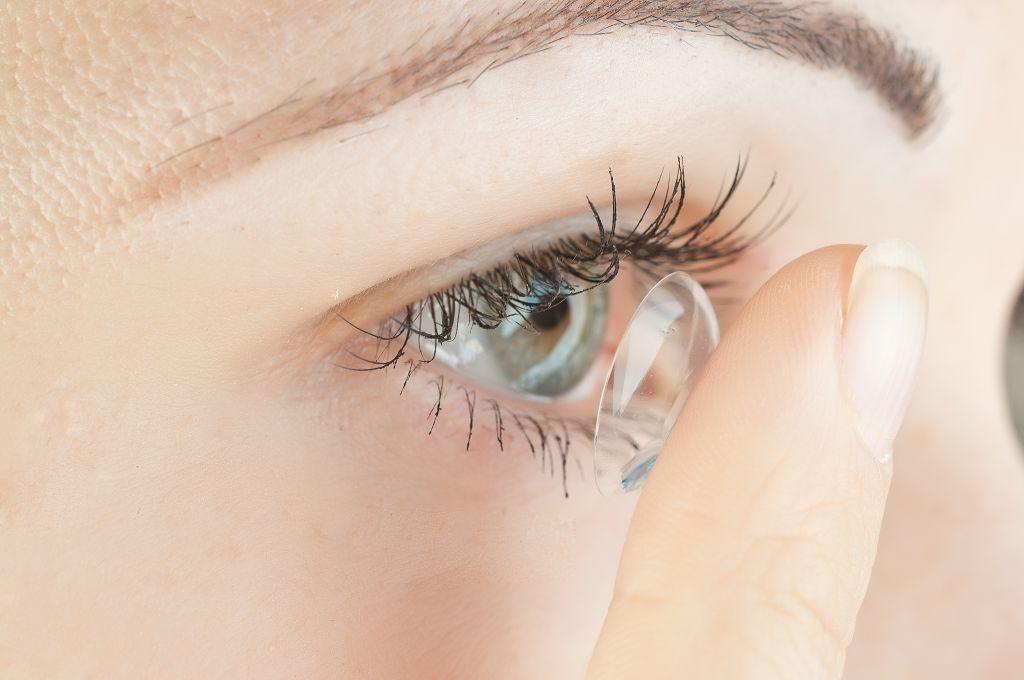При использовании Квинакса запрещено ношение контактных линз