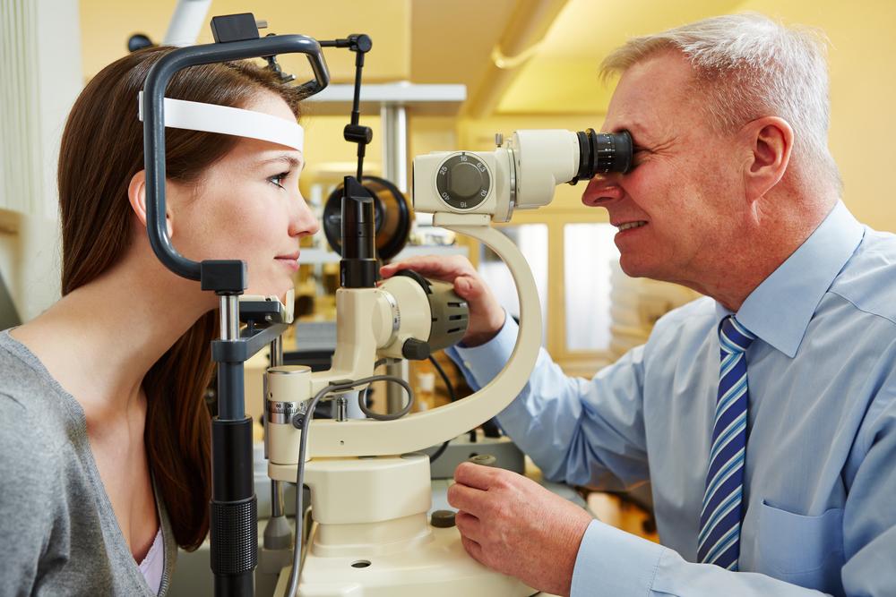 Проверка зрения у офтальмолога на специальном оборудовании