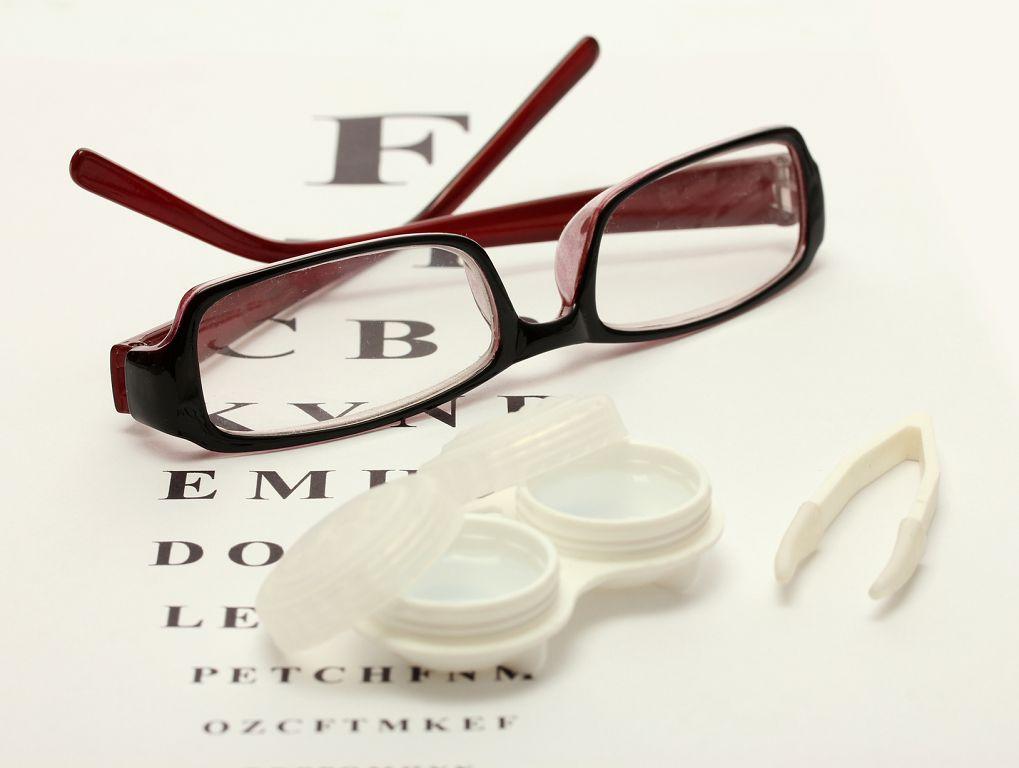 Что лучше, очки или линзы