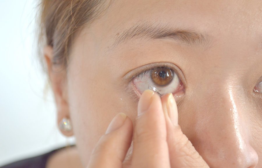 Аналогичным образом снимите линзу со второго глаза