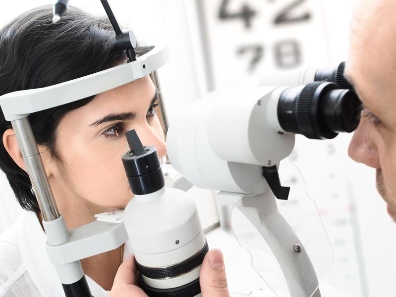 Врач осматривает глаза пациента