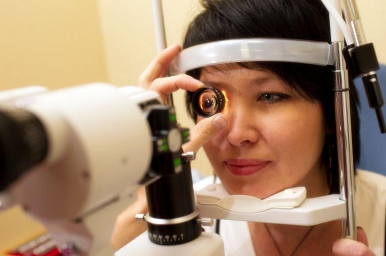 Офтальмолог осматривает глаз пациента