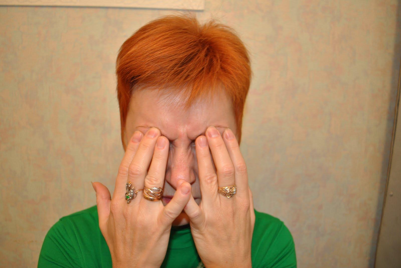 Пальцами прижимается кожа в области надбровной дуги