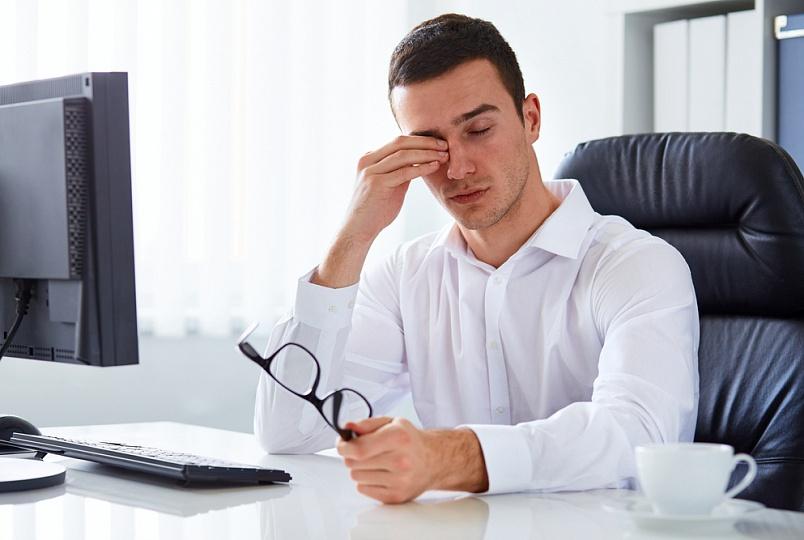 Работа за компьютером может быть причиной ощущения песка в глазах