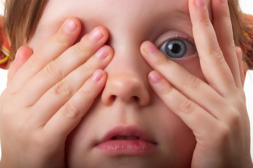 Ребенок медленно моргает глазами