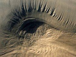 Резь, по ощущениям схожая с попаданием песка