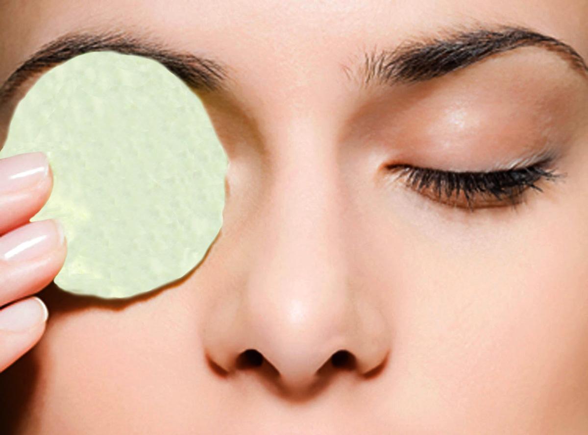 Вначале глаза протираются ватным диском