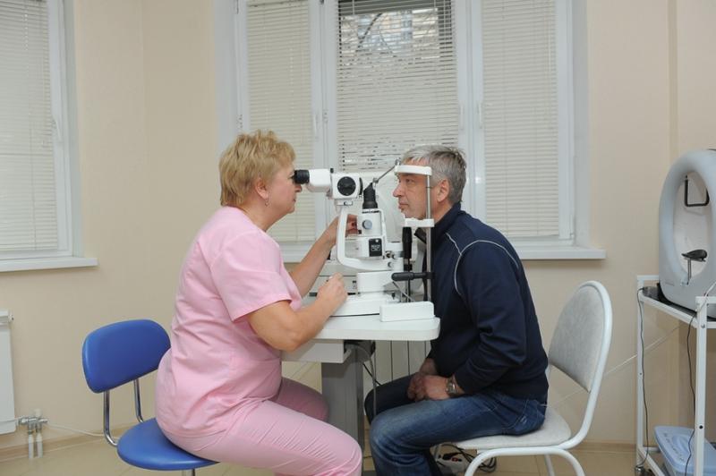 Врач-офтальмолог осматривает пациента