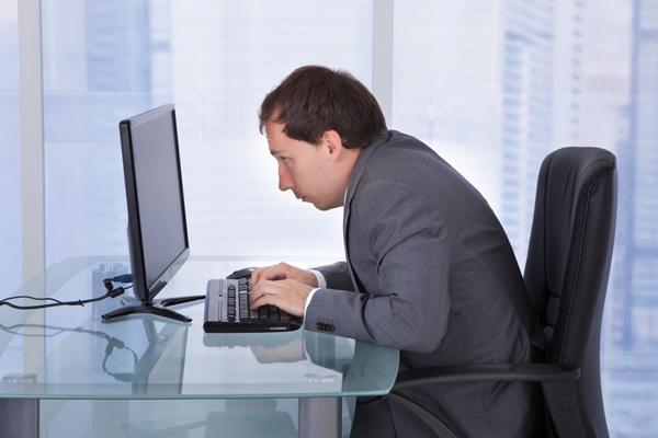 Длительная работа за компьютером - одна из возможных причин