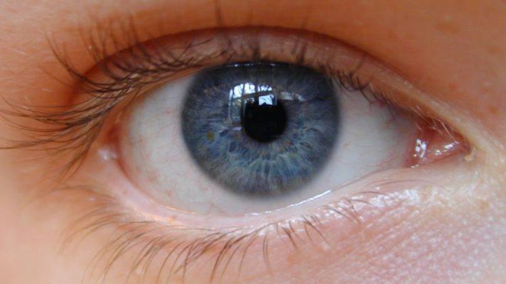 Заболевание проявляется сразу на двух глазах