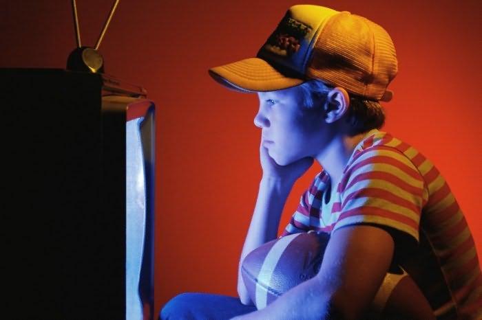 Можно ли ребенку смотреть телевизор в темноте