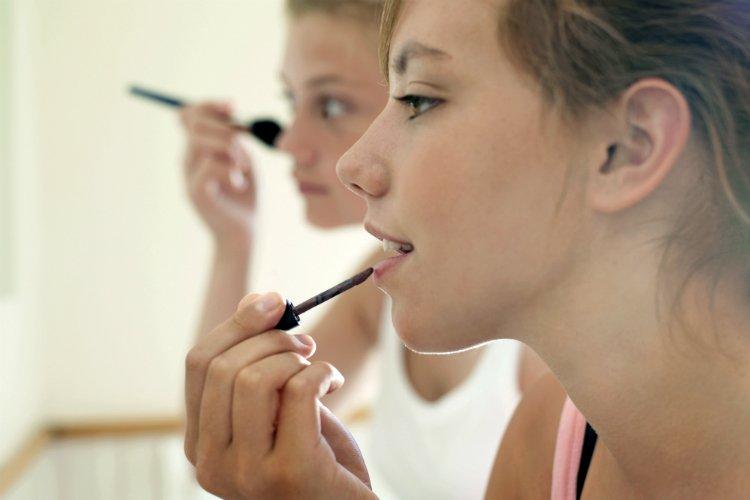 Некачественная косметика может вызвать усиленное отделение слез
