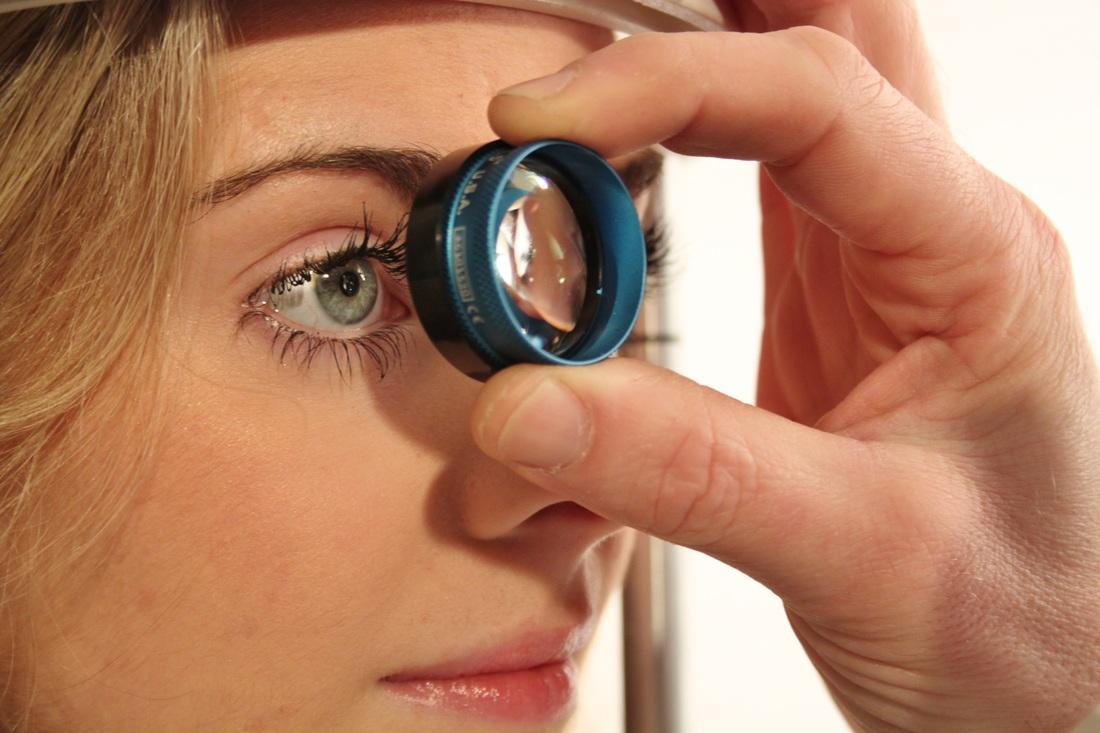 Как промыть глаз от соринки: проверенные способы и препараты