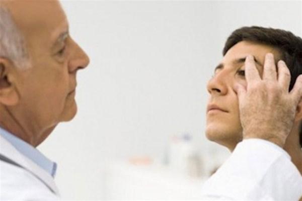 Осмотр глаза пациента