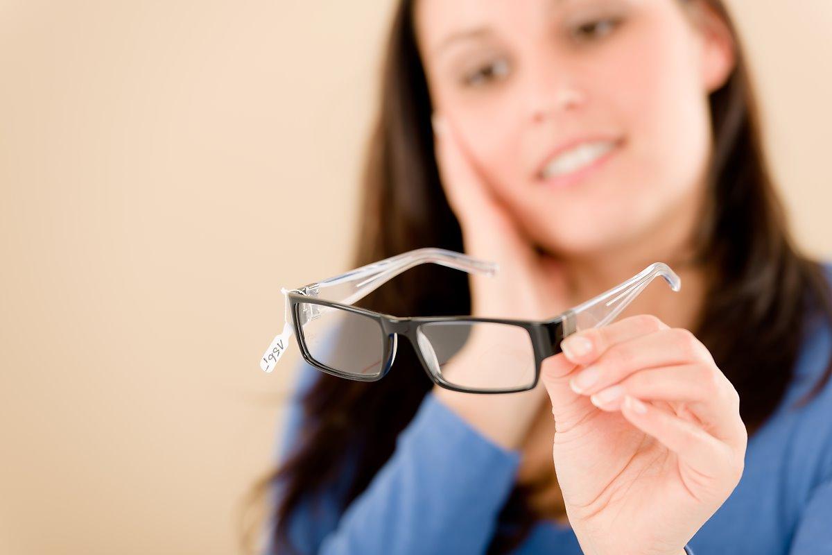 Очки нужно держать правильно