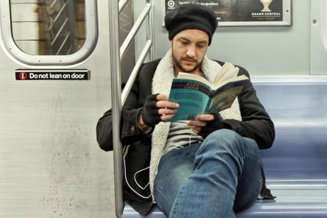 Почему вредно читать в транспорте