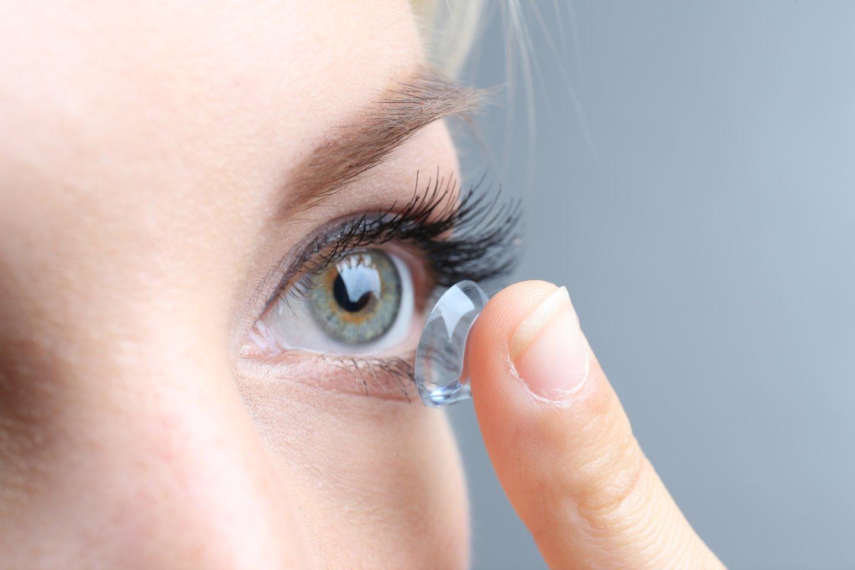 Снимать и надевать контактные линзы нужно правильно