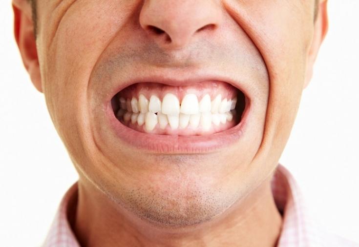 Бруксизм сложно заметить у себя самого, ведь данное заболевание представляет собой скрежетание зубами во время сна