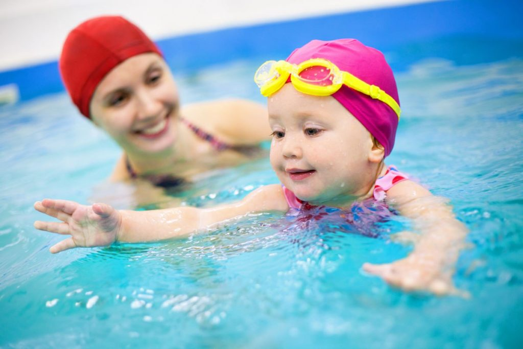 В бассейне обязательно использовать специальные защитные очки