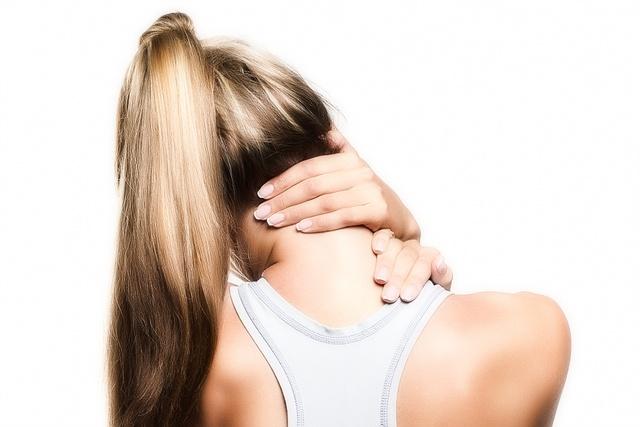К появлению темных пятен перед глазами может приводить шейный остеохондроз