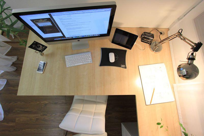 Настольная лампа рядом с компьютером