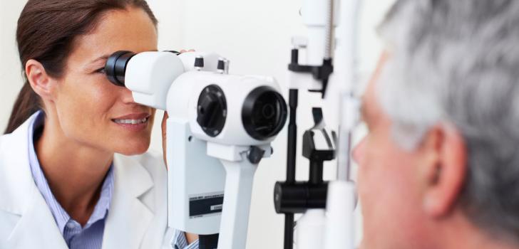 Проверка зрения у офтальмолога - обязательная часть реабилитации после лазерной коррекции