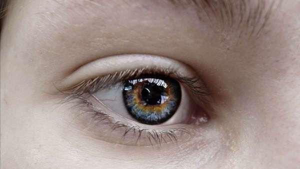 Человек, у которого аномальная трихромазия, не может воспринимать лишь один цвет