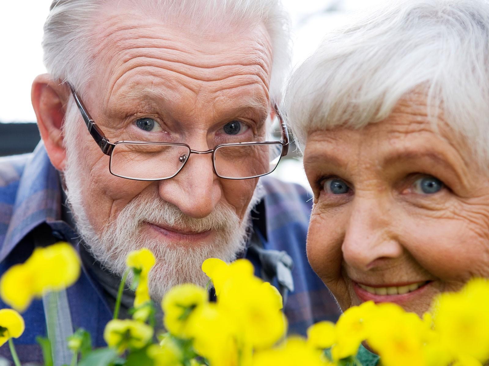 В пожилом возрасте полезно использовать витаминные капли для глаз