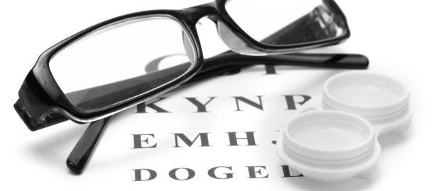 Зрение корректируется очками и контактными линзами