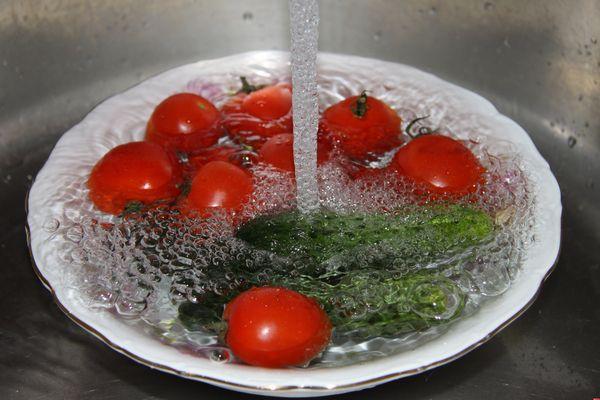 Немытые овощи опасны