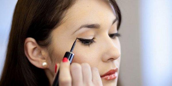 Обычно макияж для азиатских глаз выполняется в золотисто-коричневой гамме, так подходящей к карим очам