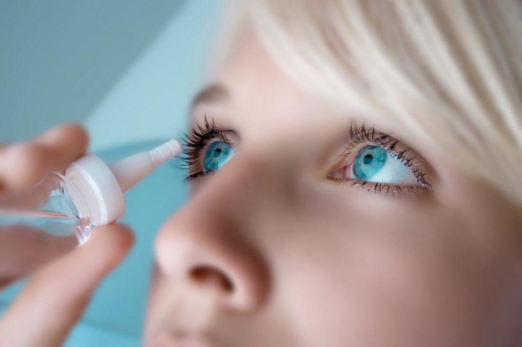 Перед закапыванием препарата необходимо снимать контактные линзы