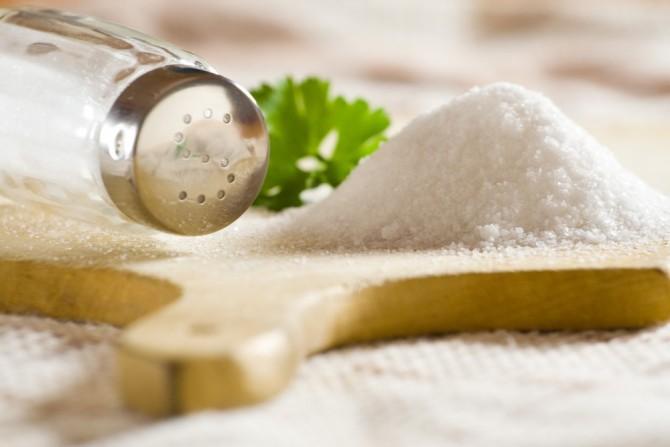 Соленая пища может привести к припухлостям под глазами