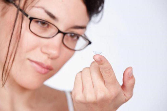 Чтобы не слишком травмировать роговицу, контактные линзы можно чередовать с простыми очками